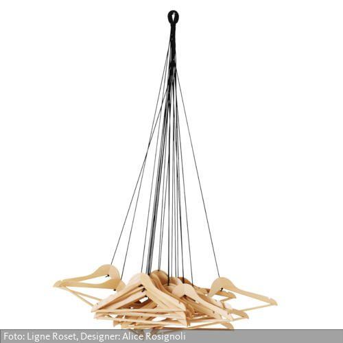 """Ein origineller Entwurf der jungen italienischen Designerin Alice Rosignoli: 20 Kleiderbügel hängen an 20 Textilkordeln und bilden somit die unkonventionelle Garderobe """"Hangers""""."""