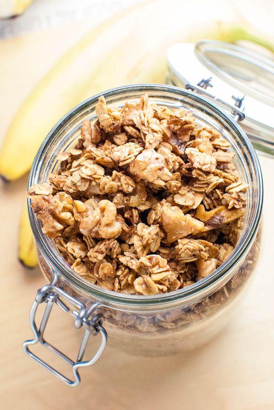 Einfaches Bananen-Knuspermüsli mit Walnüssen und Zimt {vegan}