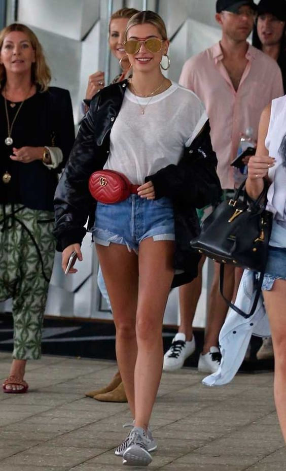 Hailey Baldwin aposta no combo t-shirt branca com shorts jeans