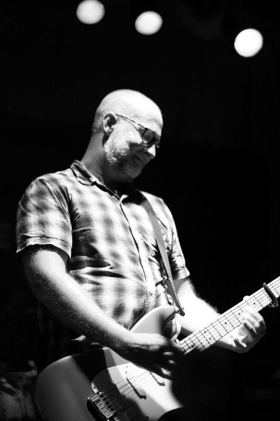 """Bob Mould. Vocalista e guitarrista do Hüsker Dü, lendária banda punk/hardcore dos 80's. Além de dono de uma carreira solo impecável, Mould fez parte do Sugar nos 90's tendo """"If I can't change your mind"""" como maior hit."""