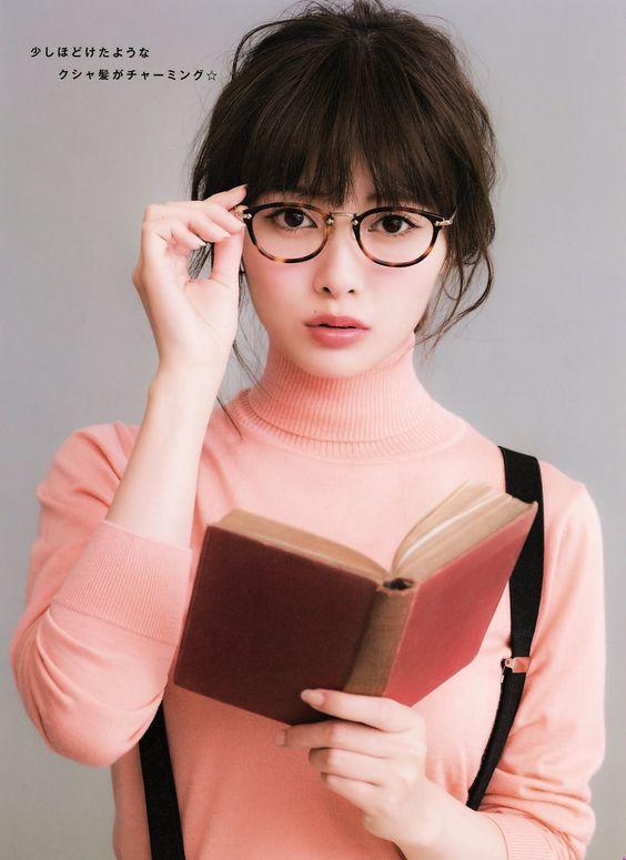 眼鏡をかける白石麻衣