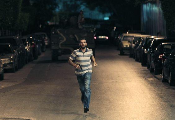 Un agente de la inteligencia militar libanesa, sostiene su arma mientras corre durante los enfrentamientos entre tropas libanesas en Beirut Libano/Hussein Malla