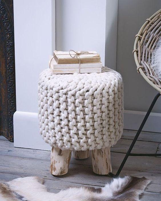Elementos artesanais dão um toque de aconchego para o ambiente! A banqueta em tricô na cor neutra fica bem em qualquer lugar Orçamentos e encomendas via e-mail ou direct. Foto retirada do Pinterest para inspiração. #inspiracao #banquetas #banquetadetricot #puff #pouf #poef #knitpouf #krukje #knit #tricot #living #sala #decor #interiordesign #design: