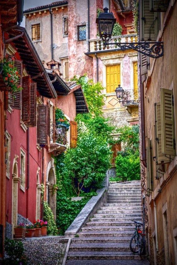 ヨーロッパの階段と赤い建物