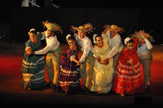 https://flic.kr/p/KSW33f | 74ème Festival Folklorique International Danses et Musiques du Monde | N'hésitez pas à consulter notre site internet www.tourisme-amelie.com  Dès le début du 20° siècle et notamment lors des fêtes du Carnaval, un groupe de jeunes gens et de jeunes filles exécutait dans les rues de la ville des danses folkloriques catalanes.  Jean TRESCASES, fondateur des Danseurs catalans d'Amélie les bains en 1935, créa en 1936 un festival folklorique des provinces françaises.  Et…