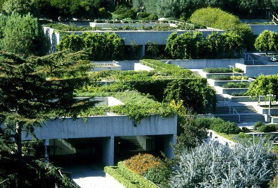 Museo de Oakland - California 1961 - 68  En este museo, en lugar de construir un elevado edificio, diseña un volumen fragmentado en terrazas que sigue la topografía del terreno. Los techos de las terrazas están ajardinados y la circulación se establece a través de escaleras que conectan los diferentes niveles.