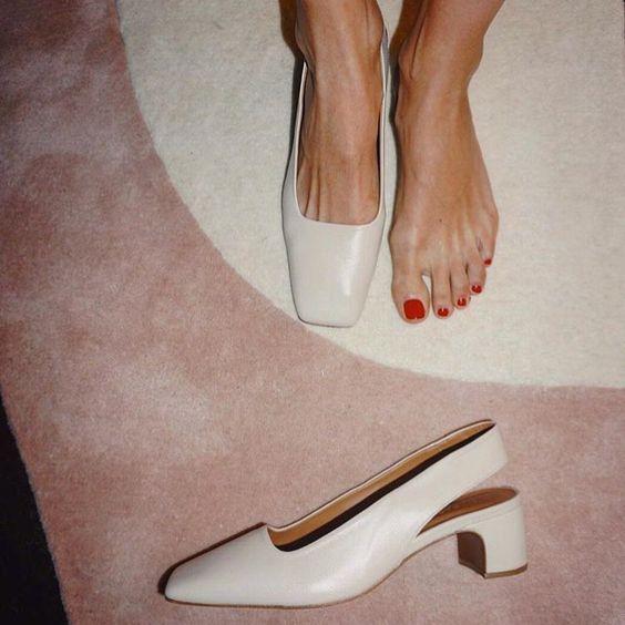 На данном изображении может находиться: обувь