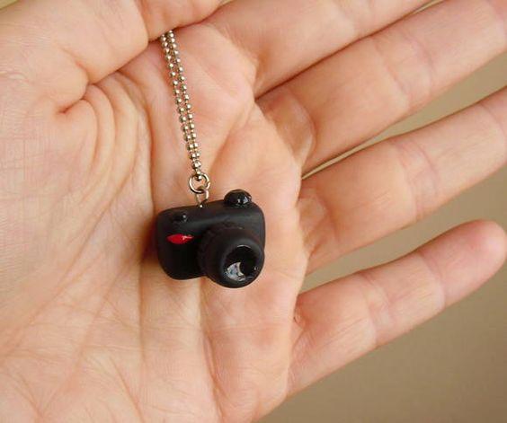 Colar com pingente de câmera fotográfica feito a mão em porcelana fria( Biscuit) <br>Medidas do pingente: 1,5cm de altura x 2,5 cm de largura