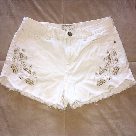 Free People high waisted white denim shorts | Pantalones cortos ...