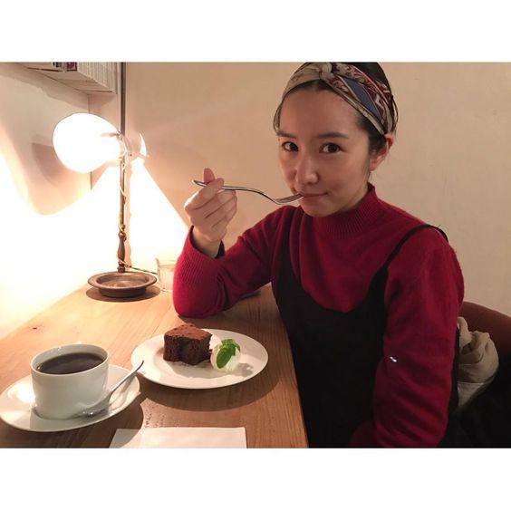 ケーキを食べる徳永えり