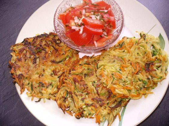 Zucchini-Möhren-puffer mit Tomatensalat