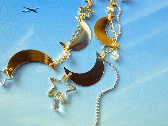 ふたつの月が交差する、特別な夜。黄金の月と銀色の月、滴る雫が導く世界。ゴールドとシルバーの月のスパングルに星コネクターを星パーツをアンバランスに配置して。シル...|ハンドメイド、手作り、手仕事品の通販・販売・購入ならCreema。