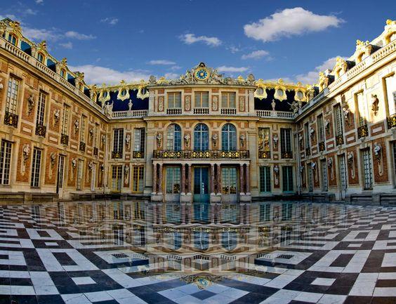 VERSAILLES_La Cour de Marbre, accès restreint au Roi, à la Famille Royale et aux Ducs et Pairs de France.                                                                                                                                                      More