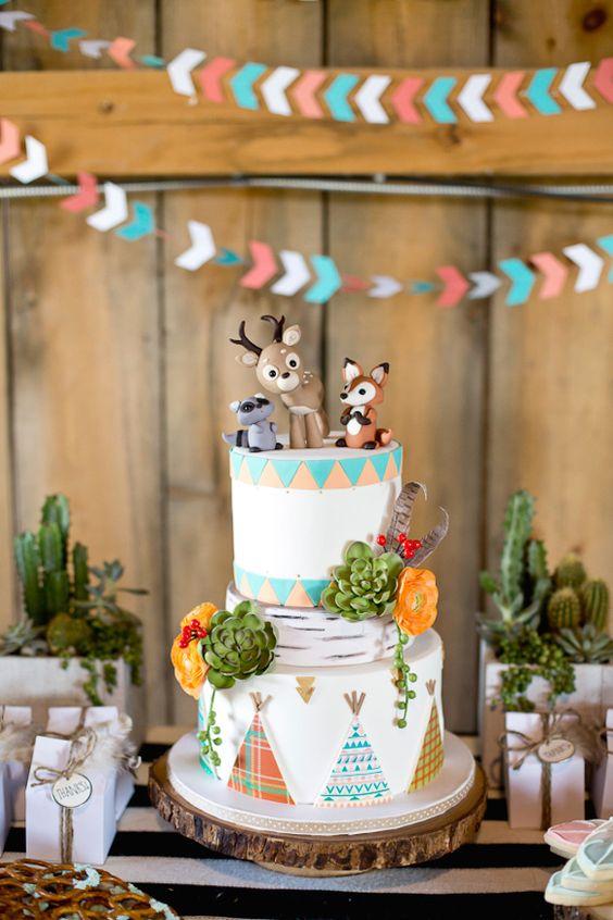 Un gâteau d'anniversaire avec des animaux de la forêt en pâte à sucre
