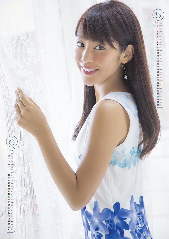 カーテンを開ける岡副麻希の美人でかわいい画像