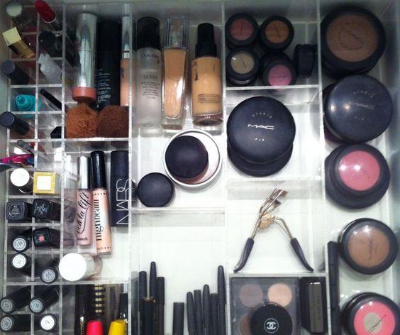 Organizando a maquiagem...  Quero uma caixinha de acrílico pra mim! {Dicas do site Dia de Beauté}: