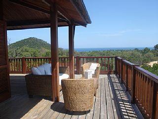 Zonza, Appartement de vacances avec 3 chambres pour 7 personnes. Réservez la location 6299576 avec Abritel. charme d'une maison en bois avec belle vue mer et piscine 800€ pour 7