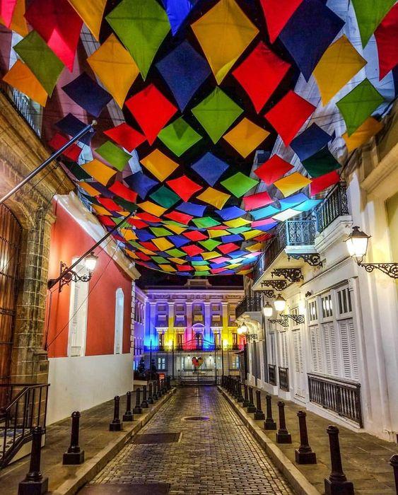 De dia o de noche ❤️, hermosos colores en apoyo a los pacientes de Autismo 💪🏻 Calle Fortaleza, Viejo San Juan 📸: Foto @wvgirlinthe216 . 👥 #PuertoRicoGram #PRGram . . #sanjuan #oldsanjuan #viejosanjuan #puertorico #colorful #autismo #caribbean #destination #pr #puertoricolohacemejor