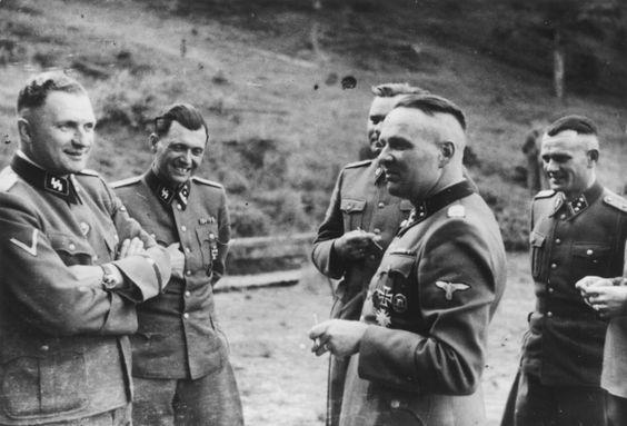 SS-Officers: Richard Baer (Auschwitz-Kommandant ab Mai 1944), der KZ-Arzt Dr. Josef Mengele, Josef Kramer (Kommandant von Birkenau), und Rudolf Höss (vorheriger Auschwitz-Kommandant)