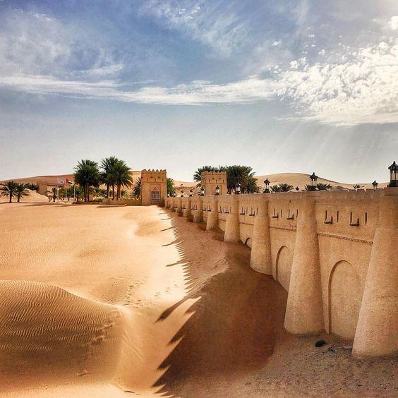 Magnificent entrance to @anantaraqasralsarab! Fairytale sandcastle in the Liwa desert #mustiyatravels #qasralsarab