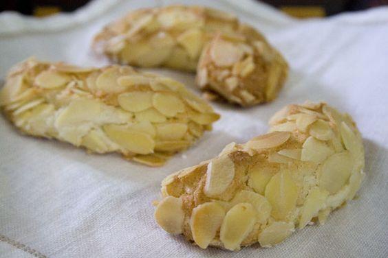 Biscotti di mandorla, una specialità della gastronomia tipica siciliana che si esprime a Ragusa con un carattere del tutto originale. Profumati, delicati, dolci al punto giusto, ricchi di un aroma di mandorla che li rende un dessert straordinario