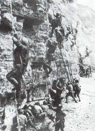 American US Army Rangers scale the cliffs at Pointe du Hoc - Débarquement de Normandie - 6 juin 1944 -