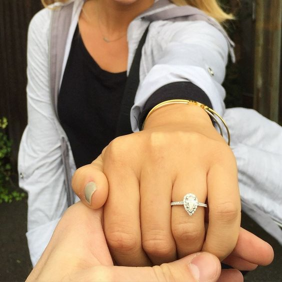 Totally swooning over this pear shaped diamond engagement ring. <3