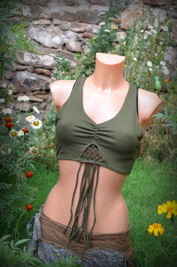 Verpieltes Top mit Blume des Lebens-Symbol. Das Oberteil wurde mit vielen kleinen Details verarbeitet. Im Brustbereich peppen die schlichten Zipfel-Schnüre das Oberteil auf.  Im Rücken findet...