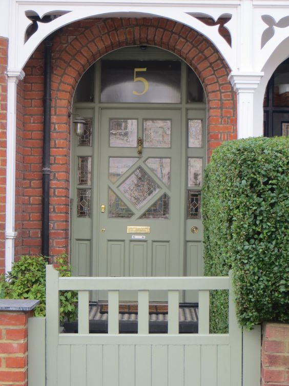 I love a matching front door and gate: try Farrow and Ball Card Room Green