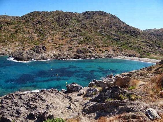Playa de la Tamariua, en Port de la Selva. Aguas cristalinas en un entorno de ensueño.