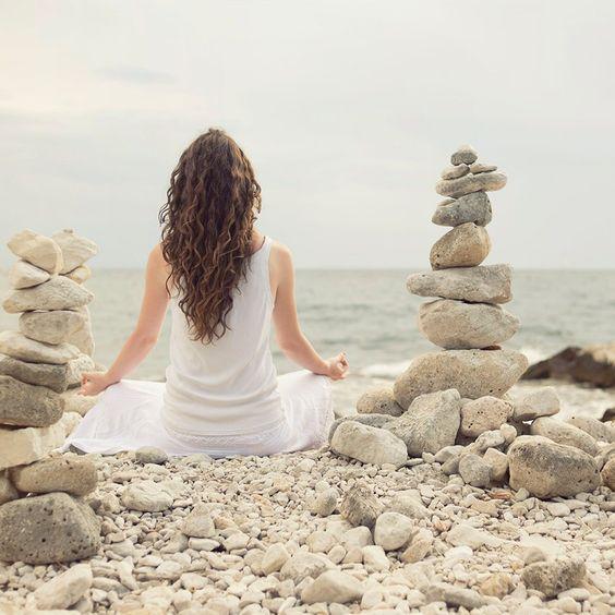 El reiki es un sistema de sanación espiritual y física, de origen japonés, que se hace a través de las manos. Es posible realizar el reiki a distancia.