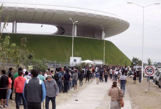 MÁS DE DOS MIL PERSONAS BUSCAN BOLETOS PARA EL CLÁSICO NACIONAL Cinco horas antes de que abrieran las taquillas los fanáticos de Chivas ya estaban esperando en la preventa especial para Chivabonos.