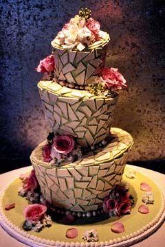 Tres niveles Topsy Turvy pastel de boda creativo y único decorado con mosaicos