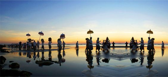 Besakih Tour Package, Bali tour package Besakih Temple, Besakih Temple Tours  A Full Day Bali Tour Package to Besakih featuring visits Silver Smith in Celuk, KLUNGKUNG and Its 17 Century hall of justice Kertagosa with its famous painted ceiling telling the story from mahabrata of punishment in Hell.
