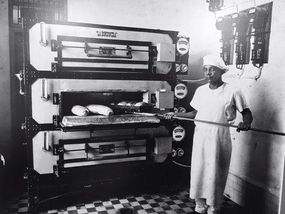 Los comienzos de La Bombonera: Panadero horneando pan del día.