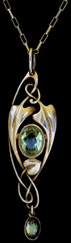 MURRLE BENNETT & Co. (1896-1914)  A delicate Art Nouveau gold pendant set with a green tourmaline and with a green tourmaline drop in a gold mount.   Anglo/German c.1900. Marks for MB & Co. and 15 ct. (Pendant case)  Size: Length with integral bale 5.3 cm., without bale 4.7 cm. Width 1.4 cm.   Lit.: Art Nouveau Jewelry. Vivienne Becker. Liberty Style. Academy Editions.