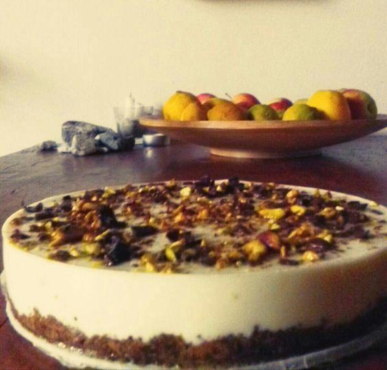 """Cheesecake """"Alicia""""_____Ingredienti: 250 gr di biscotti veg al cioccolato, 100 gr di farina di grano saraceno, 400 gr dfi ricotta fresca, 250 gr di yogurt bianco intero, miele, agar agar, 50gr di cioccolato fondente, granella di pistacchio"""