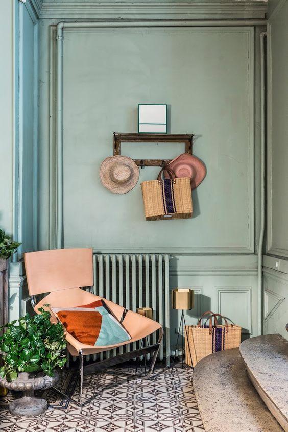 F444, l'icône du design de Pierre Paulin datant de 1963: Un fauteuil unique en acier inox et cuir à harnais naturel qui a été proposé par l'association familiale Paulin Paulin Paulin dont la vocation est de valoriser et préserver les œuvres du designer.