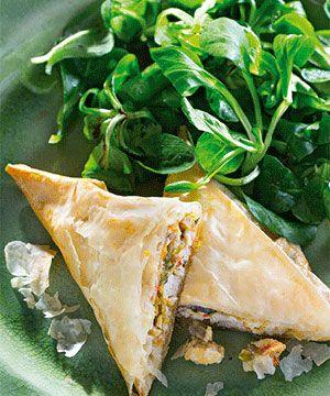 Triângulos de filo com frango e legumes