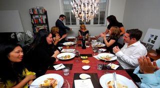 """Los """"Guestaurants"""" o restaurantes a puertas cerradas son una manera interesante de disfrutar la gastronomía en las grandes ciudades. Generalmente son manejados por chefs en sus propios hogares y se asiste solo con cita anticipada."""