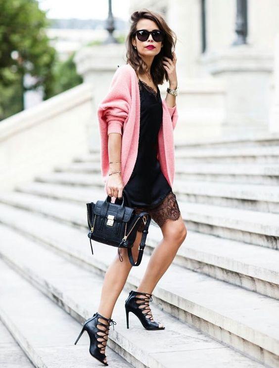 Look total black com slip dress preto, sandálias amarrações preta, bolsa e óculos escuros com maxi cardigan rosa: