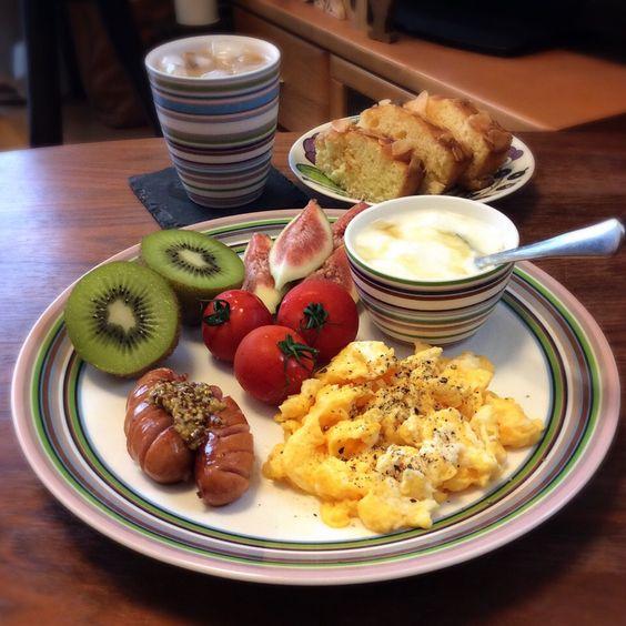 キラ姫's dish photo スクランブルエッグのワンプレート 2016 9 4 | http://snapdish.co #SnapDish #ハム/ソーセージ/ベーコン #ヨーグルト #ナッツ #キウイの日(9月1日) #マドレーヌ/フィナンシェ