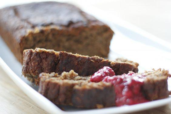 Wer Brot und Kuchen mag, wird unser fluffiges Banana Bread lieben! Es liefert viel Energie und schmeckt mit der süßen Chia-Marmelade einfach nur himmlisch.