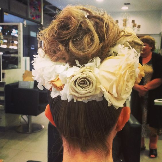 Recogido alto con corona de flores  naturales liofiliadas de  @carolinabouquet @carolinabouquet