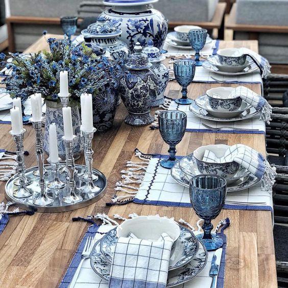 Decorar la mesa en azul y blanco