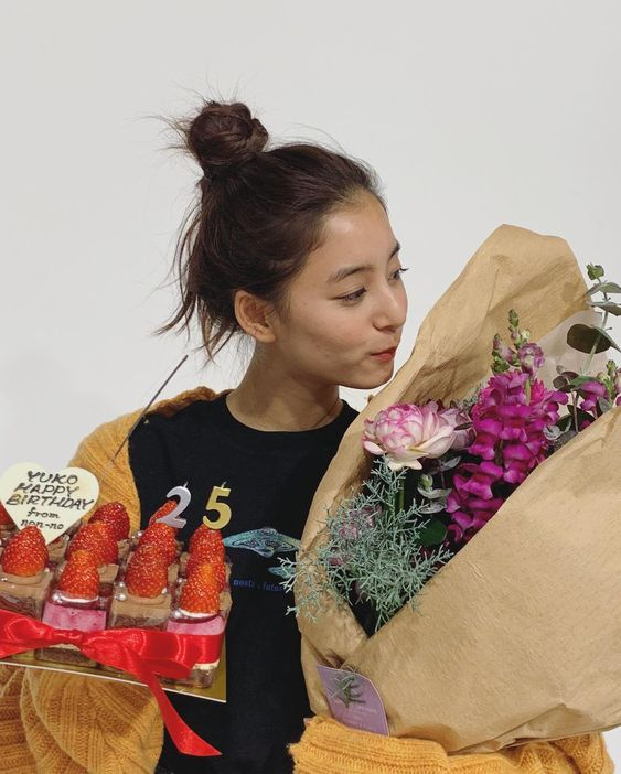誕生日を祝われる新木優子