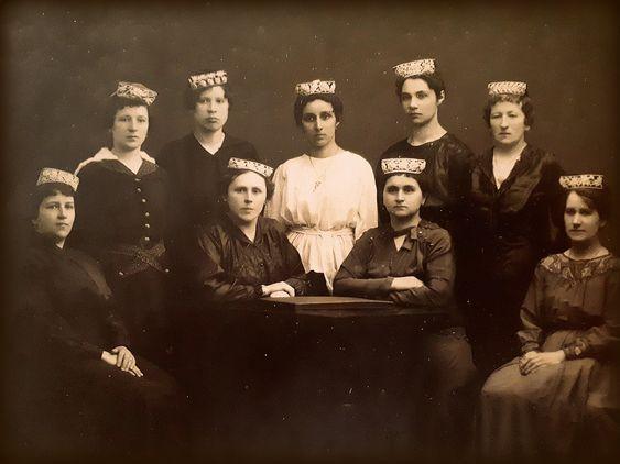 Tatars. Учителя мусульманской татарской  женской школы Ф. В. Аитовой, 1913г.
