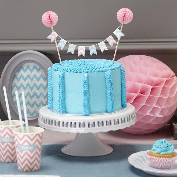 Tortengirlande mit acht Papier-Wimpeln mit Chevron-Muster und zwei rosa Mini-Wabenbällen auf den Holzstäbchen für Ihre perfekte Kuchen-Deko bei www.partyboxes.at