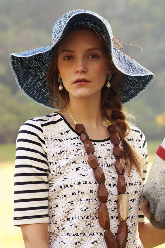 Stripes & Clover Tee with statement necklace  Inspiración para reciclar una T-short con encaje