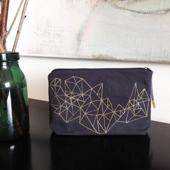 etui greina gold - handsiebdruck gold  hülle anthrazit (100% baumwolle)  futter schwarz polyester  mit reissverschluss  25 x 16 cm  design & druck urbanauten  dieses produkt ist handgemacht